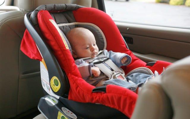 赤ちゃんを車の外の車の座席で眠らせてはいけない理由