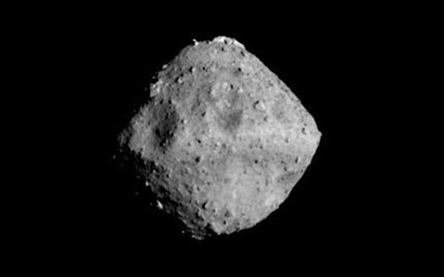 La fantastica nuova vista dell'asteroide Ryugu rivela una forma distintamente simile a un dado