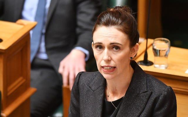 ニュージーランドの首相は、ソーシャルメディアは「すべての利益、無責任」になることはできないと述べています