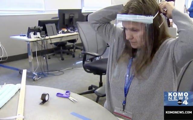 अस्पताल के श्रमिक शिल्प आपूर्ति का उपयोग करके अपने स्वयं के चेहरे के मुखौटे बना रहे हैं