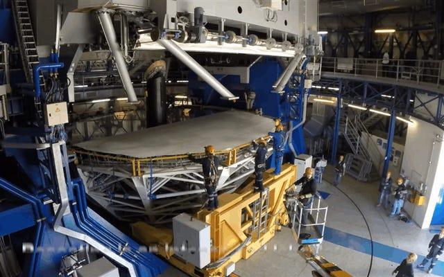 チリの砂漠から巨大な22トンの望遠鏡を掃除する複雑なプロセス