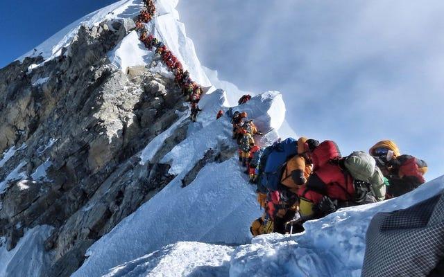 エベレストに列を作っている登山者が非常に多いため、1週間ですでに8人が死亡しています