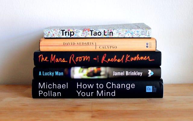 डेविड सेडारिस की नवीनतम, और हमारे दोस्तों से थोड़ी मदद: मई में पढ़ने के लिए 5 किताबें
