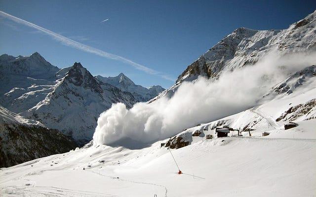कैसे एक बर्बर स्कीयर के इस नाटकीय वीडियो से एक हिमस्खलन से बचने के लिए