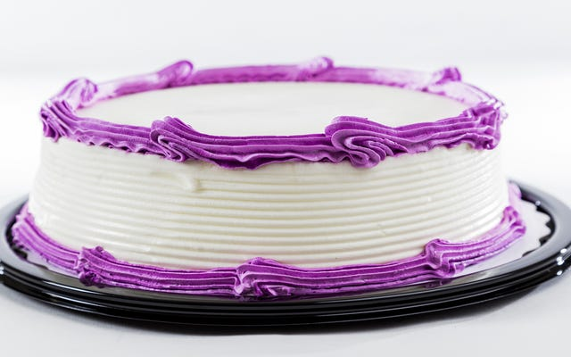 खिलौने के साथ अपने बच्चे के जन्मदिन का केक सजाने