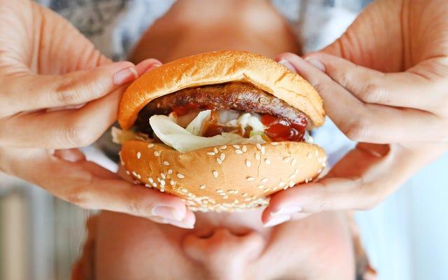 ハンバーガーを逆さまに食べるべきだと言う人の言うことを聞かないでください