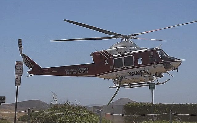 ヘリコプターが着陸せずに消火栓に接続するのを見る