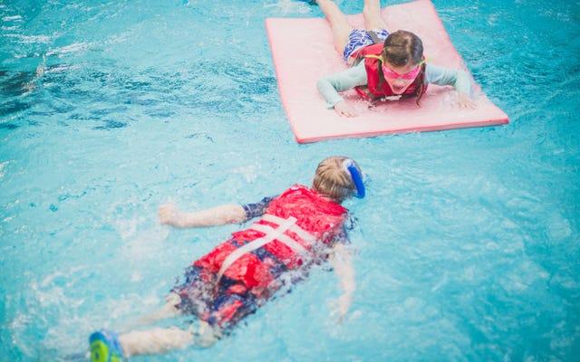 ライフジャケットパーティーで子供たちをプールで安全に保つ