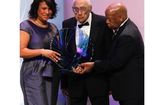 先駆的な公民権ジャーナリストのシミオンブッカーが99歳で死去