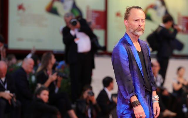 """Thom Yorke, Suspiria film müziklerinden karamsar, rüya gibi """"büyülerinden"""" birini yayınladı."""
