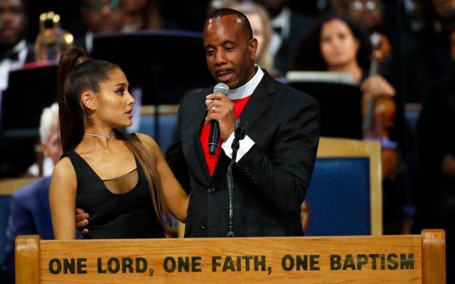 L'évêque de Detroit s'excuse d'avoir comparé le nom d'Ariana Grande à un article de Taco Bell et lui avoir attrapé la poitrine