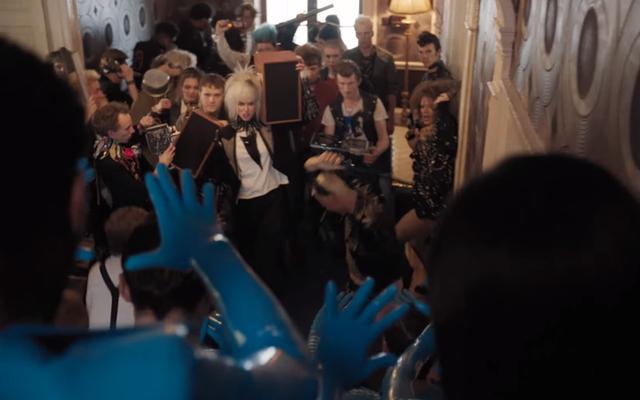 エイリアンは、パーティートレーラーで女の子と話す最新の方法でパンクロック革命をリードします