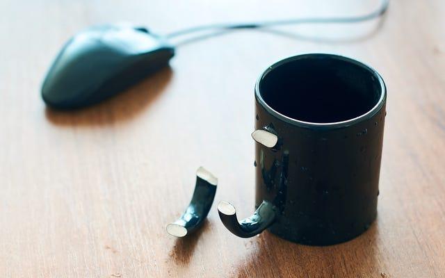 PopSocketsは、マグカップにはヒップすぎる世代のための新しいドリンクホルダーを作成します