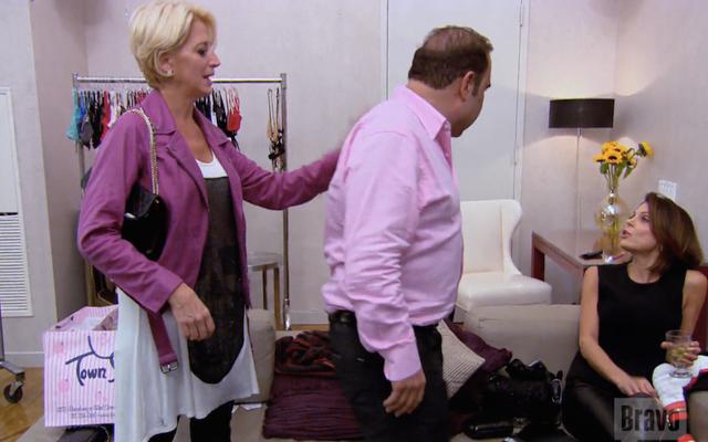 ファッションスカベンジャーハント:ドリンダがニューヨークの本物の主婦に着ていたクリスタルスカルドレスをバティが見つけるのを手伝ってください