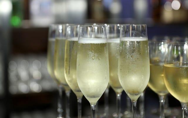 カナダ人男性がシャンパンの代わりにスパークリングワインを提供するために航空会社を訴える