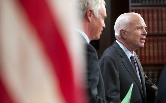 もちろん、共和党の上院議員は現在、マケインの脳腫瘍が彼の医療投票を揺るがしたことを示唆している