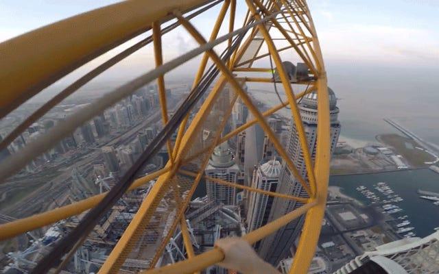 POV Solo Climb du plus haut bâtiment résidentiel du monde est garanti pour faire transpirer vos paumes