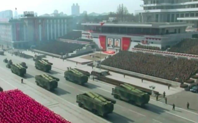 北朝鮮の軍事パレードでは、これまで見たことのない不思議なミサイルが披露されました