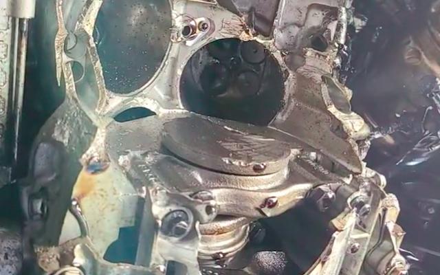 Il motore Jeep Wrangler esplode dopo che il proprietario ha rimorchiato la marcia e l'ha fatta girare a 50.000 giri / min
