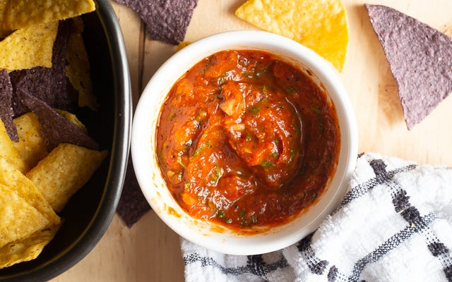 Ubah Tomat Musim Dingin yang Sedih menjadi Salsa Panggang yang Lezat
