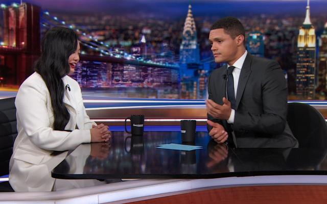 """Amanda Nguyen, Trevor Noah'a """"insanların sivil haklarını cezalandırmalarına yardım ettiği"""" için Nobel'e aday gösterildiğini anlatıyor."""
