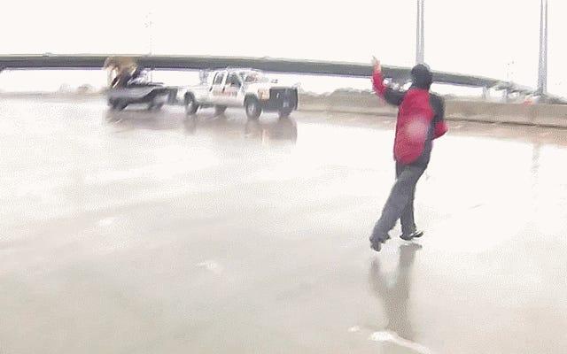 El equipo de noticias en vivo que cubre el huracán Harvey salva la vida del conductor de un camión inundado