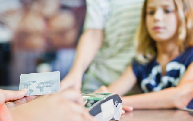 เมื่อใดที่คุณควรกำหนดให้บุตรหลานของคุณเป็นผู้ใช้ที่มีอำนาจในบัตรเครดิตของคุณ