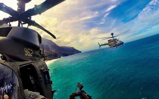 ハワイの海岸を幅木で走るOH-58Dのこの受賞歴のある写真をチェックしてください