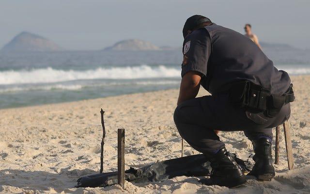 リオのオリンピックビーチバレーボール会場の隣で人体の部分が洗い流される