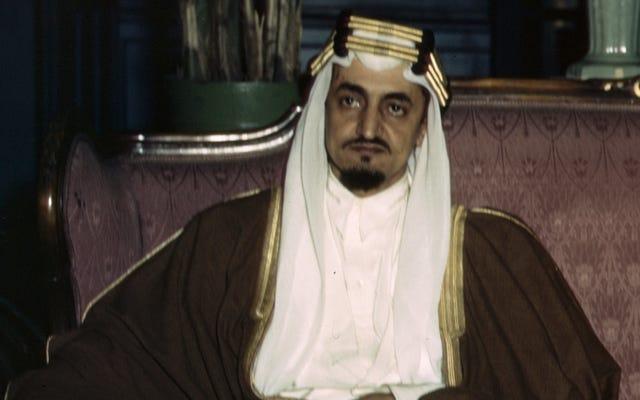 Funzionari educativi sauditi licenziati per aver pubblicato un libro di testo con la foto di King Faisal accanto a Yoda