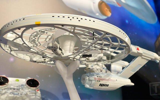 Anda Tidak Perlu Pelatihan Starfleet untuk Menerbangkan Drone USS Enterprise Star Trek Ini