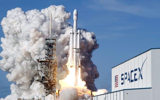 Regardez SpaceX essayer de bloquer l'atterrissage de trois fusées d'appoint lors du lancement actuel du Falcon Heavy