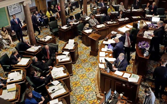 テネシー州上院は、LGBTQカップルの養子縁組を阻止するために信仰に基づく団体を許可する法案を承認します