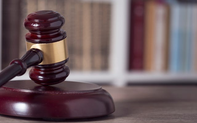 白人女性が息子の人種差別主義者の発言を擁護するために移送された後、ジョージア学区に対して差別訴訟を起こす