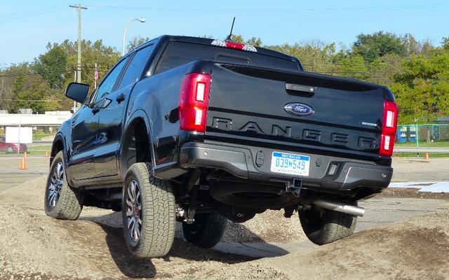 2019フォードレンジャーは他の中型トラックに対して強力なオフロードの戦いを我慢する必要があります