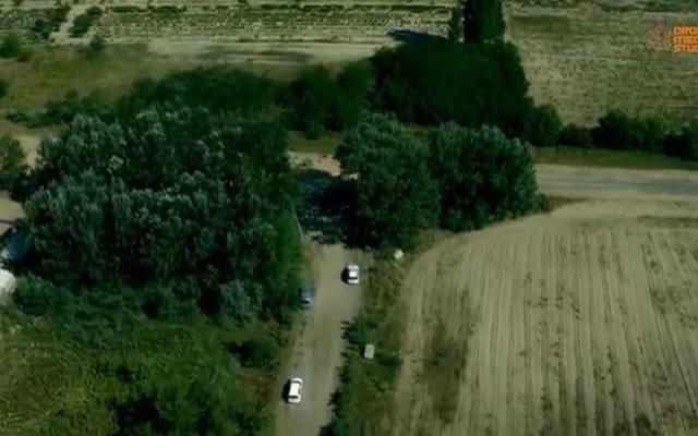 ドローンの映像は、ハンガリーとセルビアの間の大規模な新しい国境フェンスを示しています