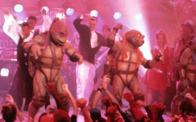 バニラアイスとオリジナル映画のニンジャタートルズがTMNT2プレミアに侵入