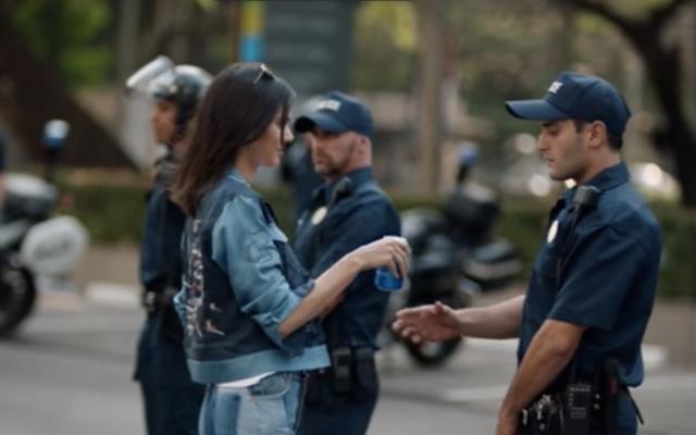 Kendall Jenner est `` traumatisée '' par le contrecoup de sa publicité Pepsi