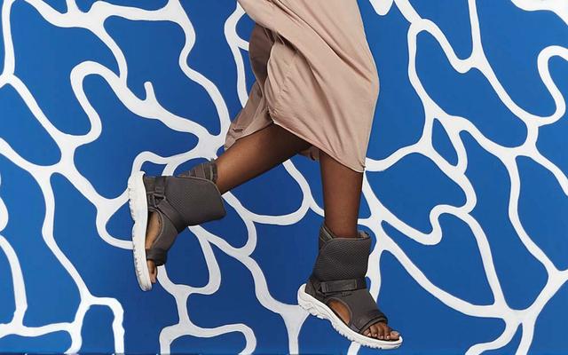 Lifehack: Fingir una lesión con el nuevo híbrido de sandalia y botas de Teva y Ugg