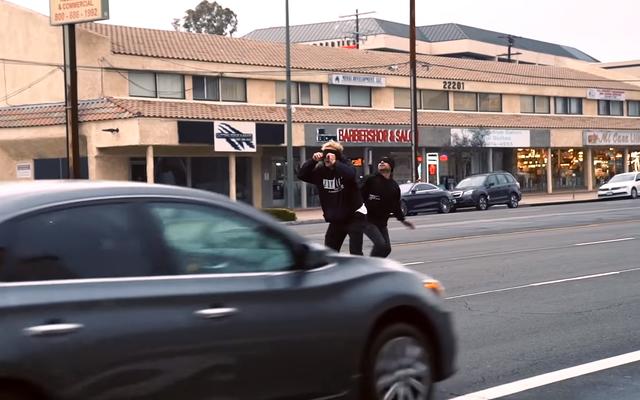 El culo de YouTube Jake Paul parece correr a través del tráfico con los ojos vendados para el desafío Bird Box