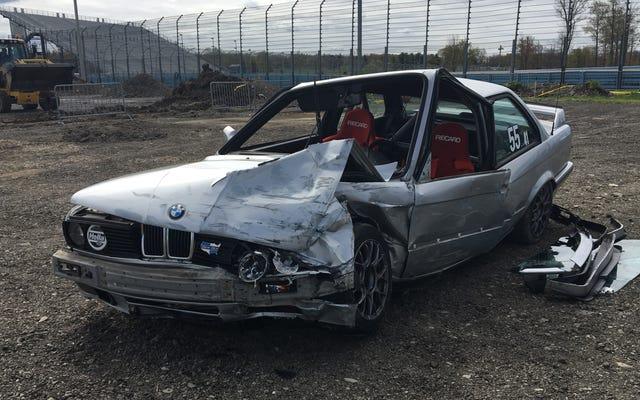 BMWドライバーは、E30が時速110マイルでブレーキを失ったときに悪夢のクラッシュを乗り切ります