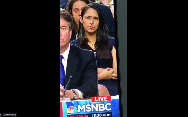カバノーの後ろに座っている女性は、彼の聴力の間に白い力のシンボルを点滅させましたか?