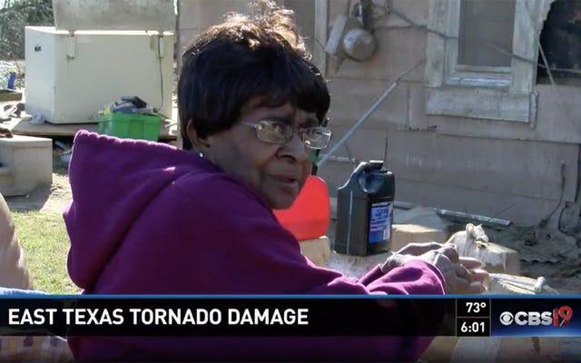 75歳のテキサスの女性が浴槽の竜巻を飛んで、無傷の森の土地