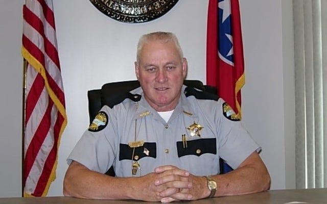 「私はこのたわごとが大好きです」:テネシー州の保安官は、低速追跡中に非武装の男を撃つように役員に命じた後、自慢を記録しました