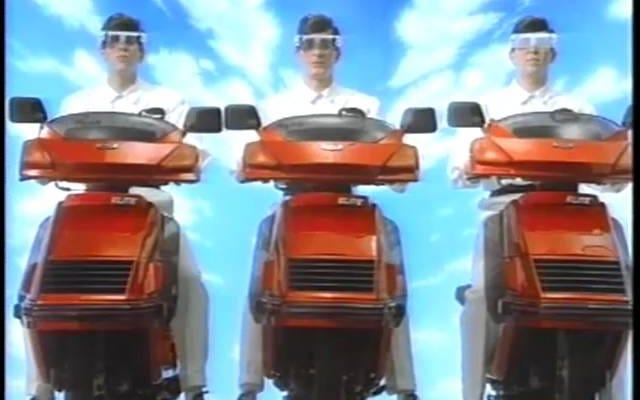 グレイス・ジョーンズ、アダム・アント、そしてディーヴォはあなたに古いホンダのスクーターを買いに行くことを勧めます