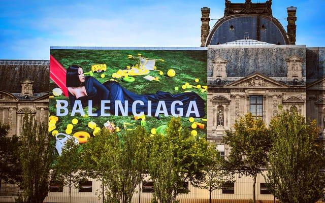 Êtes-vous prêt pour Some Wet Ass Paris? Le panneau d'affichage de la campagne Balenciaga de Cardi dévoilé au Louvre