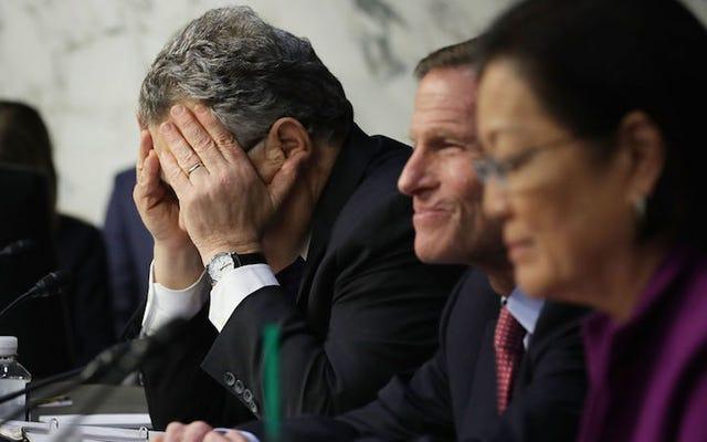 一部の民主党員は現在、アル・フランケンに上院に留まるよう促している