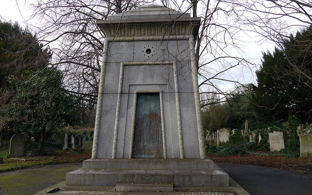 Легенда о мавзолее Куртуа, викторианской гробнице без ключа, в которой скрывается предполагаемая машина времени