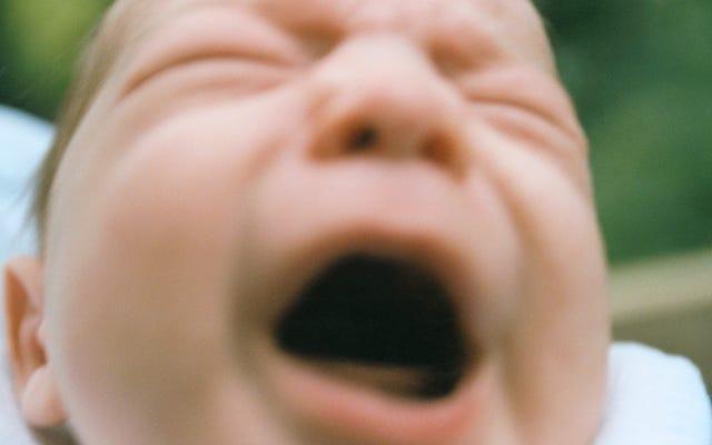 Indossare protezioni per le orecchie quando si lenisce il bambino che urla