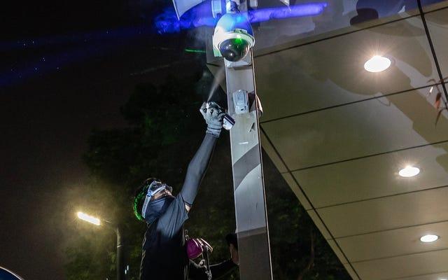 香港は、抗議者が顔認識を回避するのに役立つマスクとフェイスペイントの禁止を発表しました